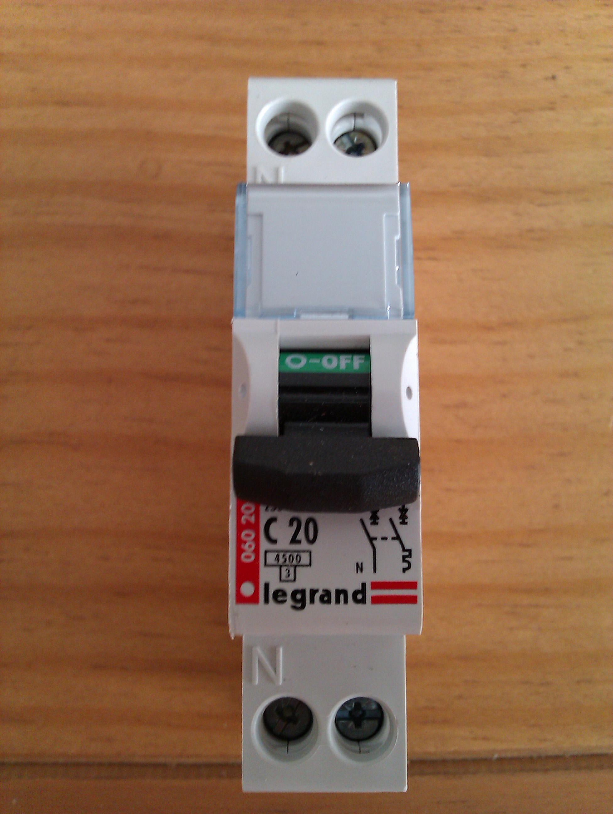 Le disjoncteur protège l'installation électrique