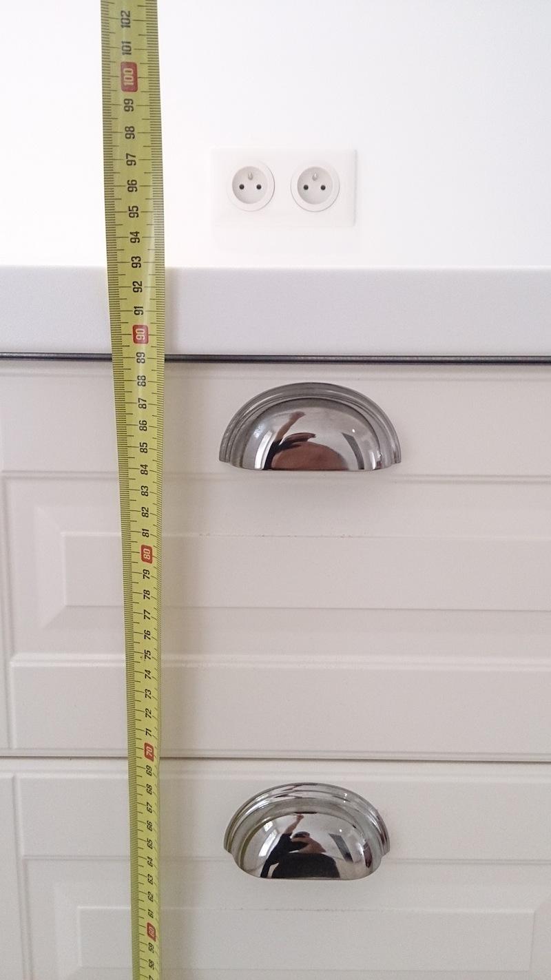 Prise lectrique pour plan de travail la bonne hauteur for Norme electricite salle de bain