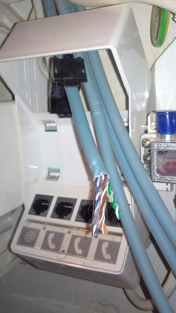 les paires de fil de la prise réseau RJ45 sur le tableau de communication