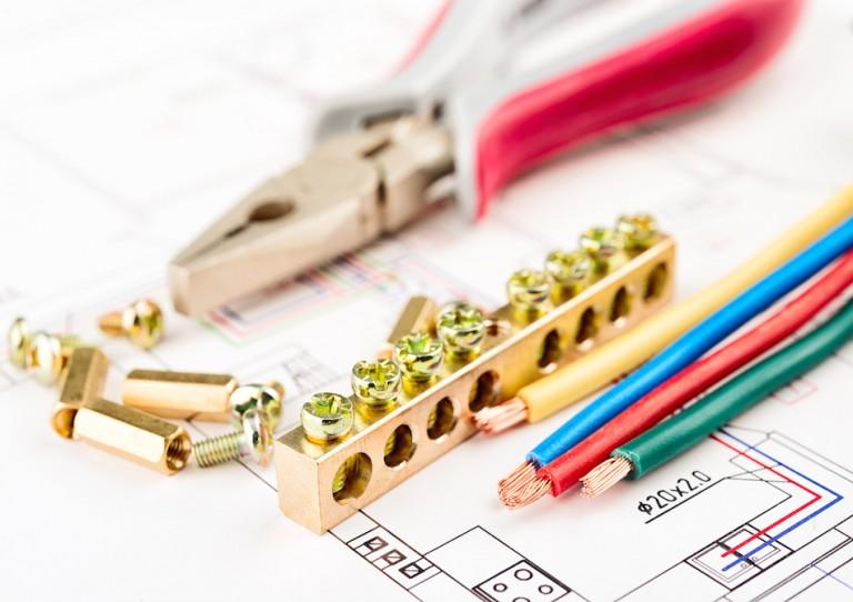 Branchement dans le tableau électrique: peigne, bornier électrique et connexions
