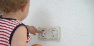 Danger électricité bébé