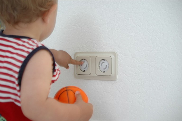 Les protections en électricité pour Bébé