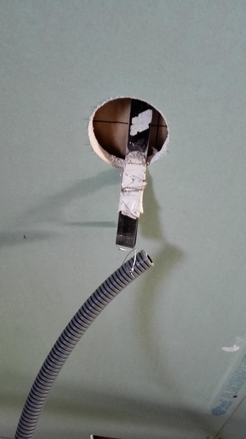 Aiguiller une gaine électrique dans une cloison depuis le trou d'appareillage électrique