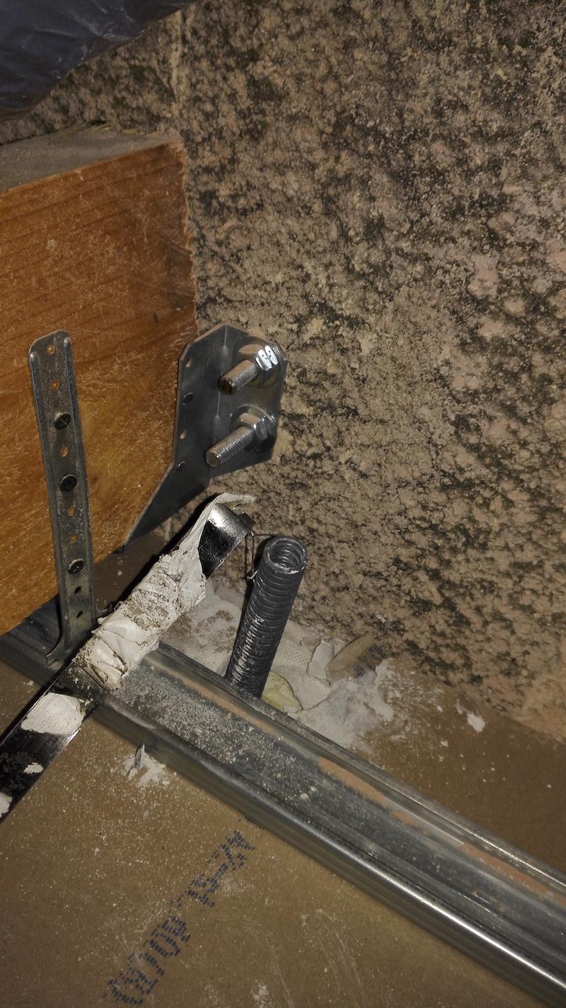 Aiguiller une gaine électrique dans une cloison vers un faux ...