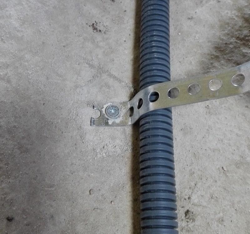 fixation gaine electrique icta au sol avec bande perforee