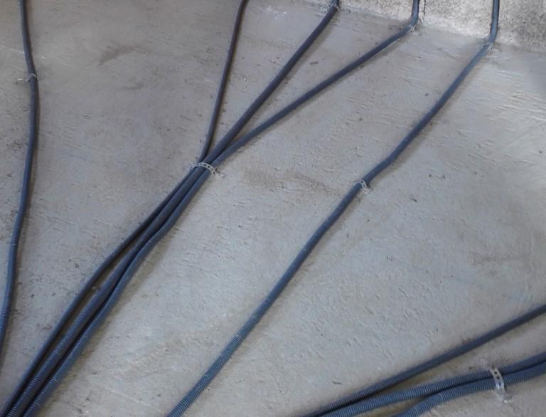 Fixer une gaine électrique ICTA au sol avec de la bande perforée