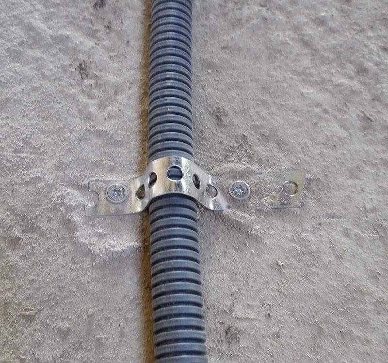 gaine électrique au sol fixation