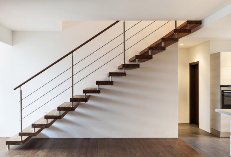 Peut on installer la GTL et le tableau électrique dans l'escalier?