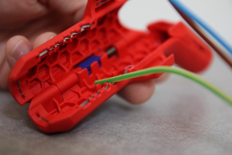 denuder un fil electrique test de l'outil knipex ergostrip