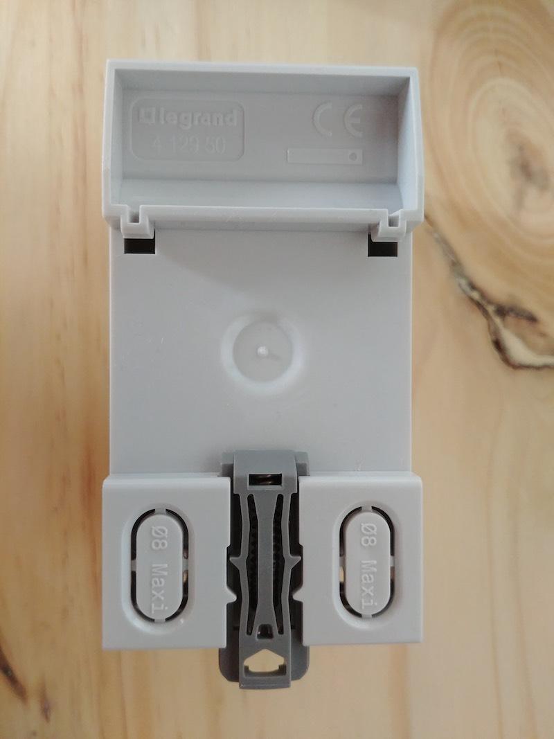 poser une prise de courant legrand dans le coffret électrique