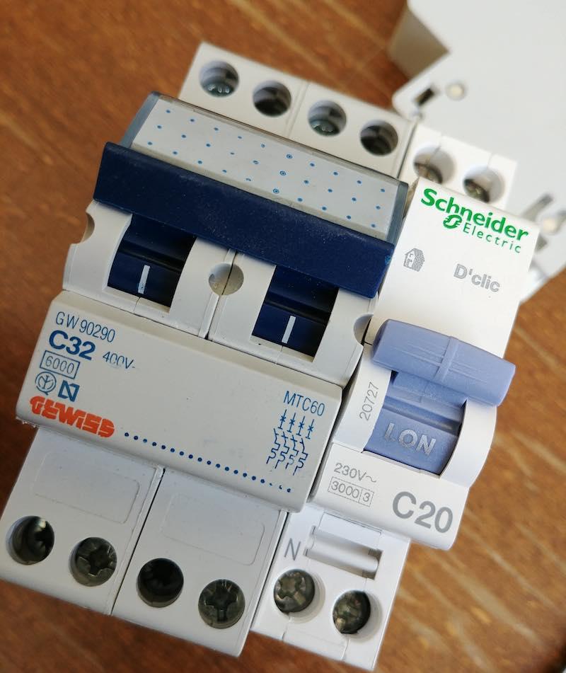 largeur disjoncteur électrique tétrapolaire