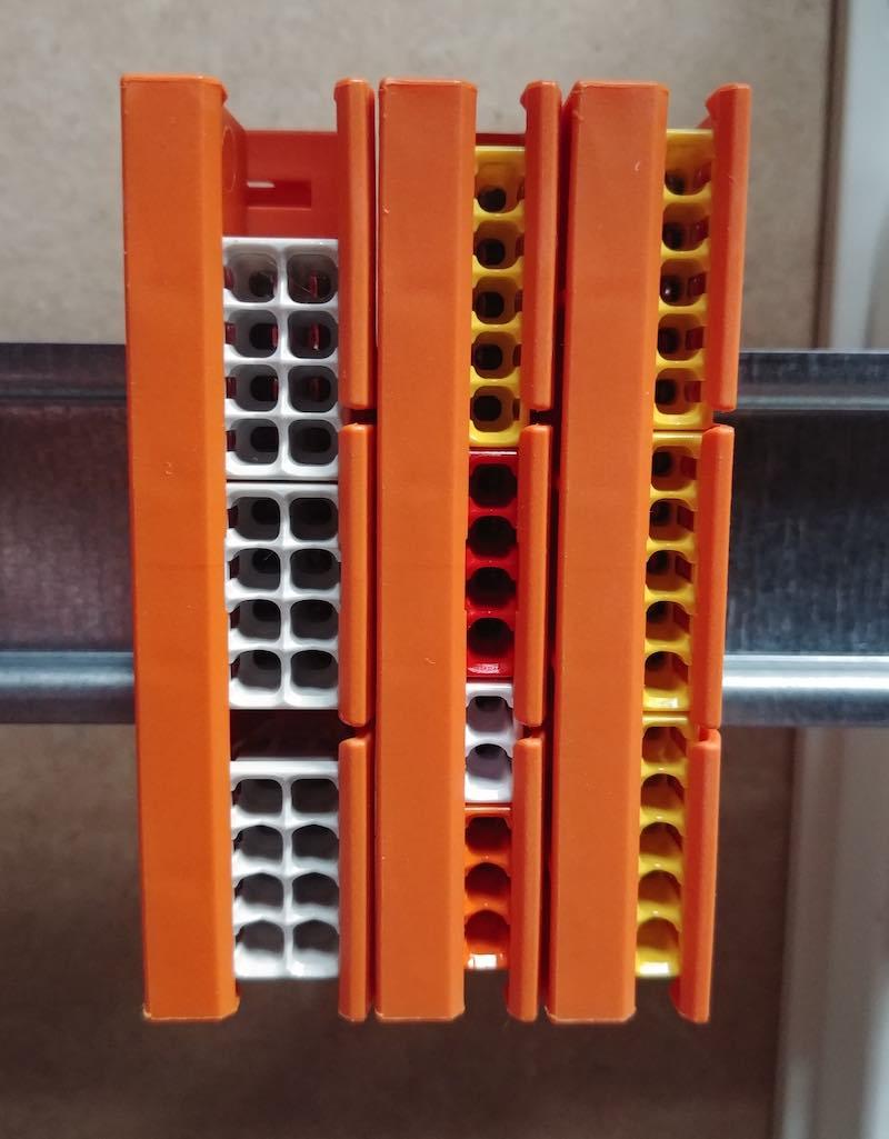 wago 2273-500 installé sur un rail de tableau électrique