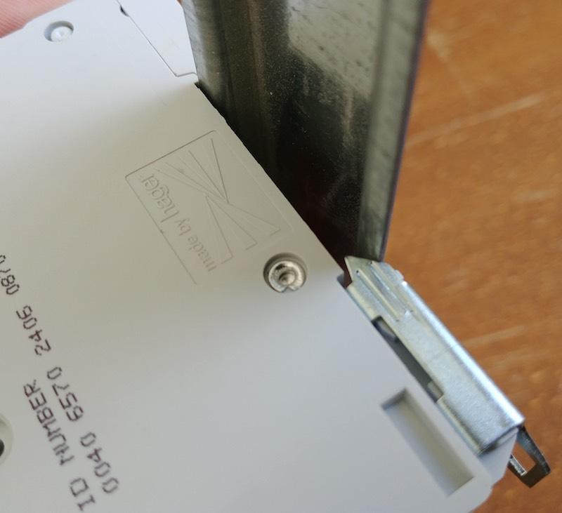 comment fixer un disjoncteur sur un rail de tableau électrique