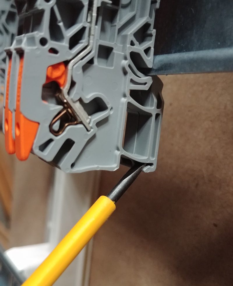 comment installer un bornier électrique sur un RAIL DIN
