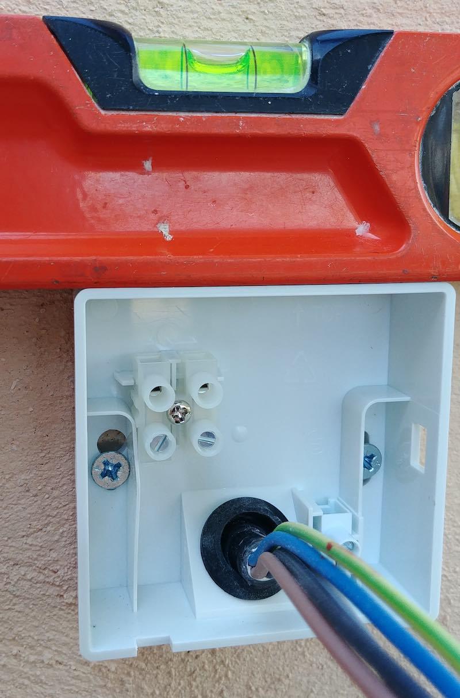 pose d'un spote led extérieur avec détecteur intégré
