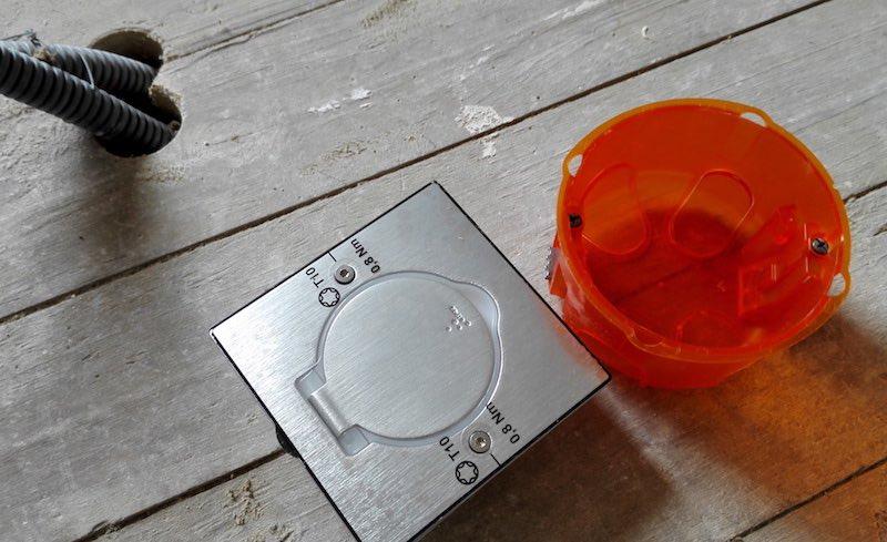 boitier pour prise électrique encastrée dans le sol