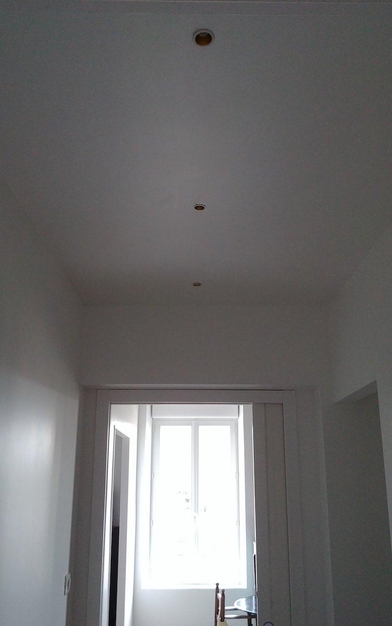 positionnement de spots encastrés dans un couloir