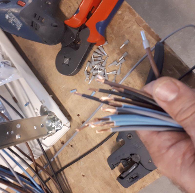 explication poste de travail monteur cableur d'armoires électriques