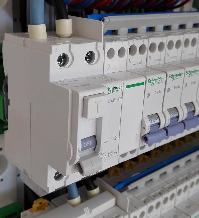 installation de l'interrupteur différentiel dans le tableau électrique