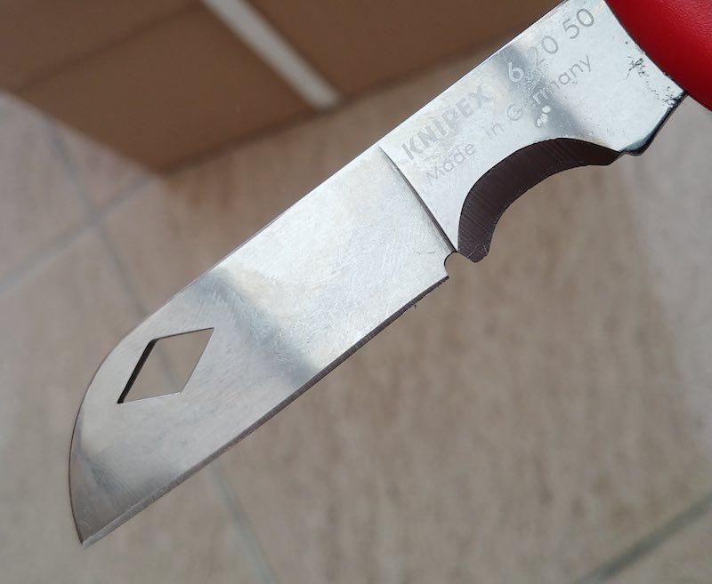 test d'un couteau d'électricien pour dénuder les câbles