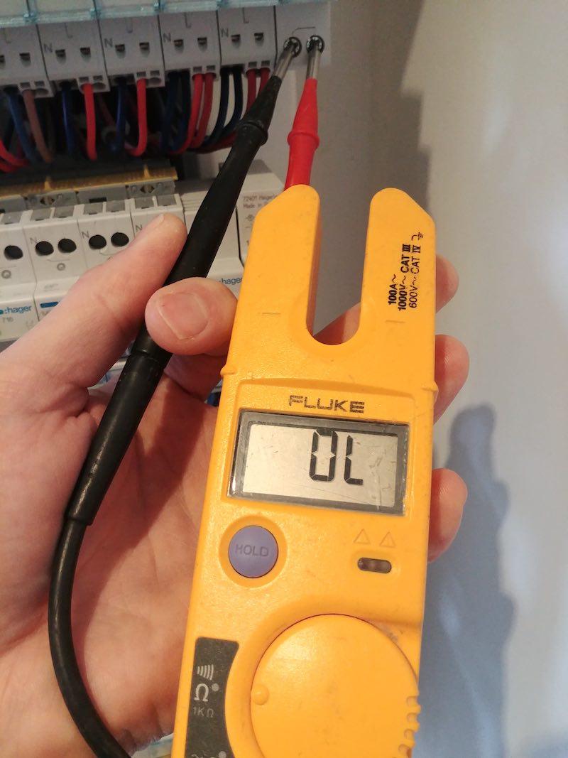 conseils pour tester un disjoncteur avec un multimètre