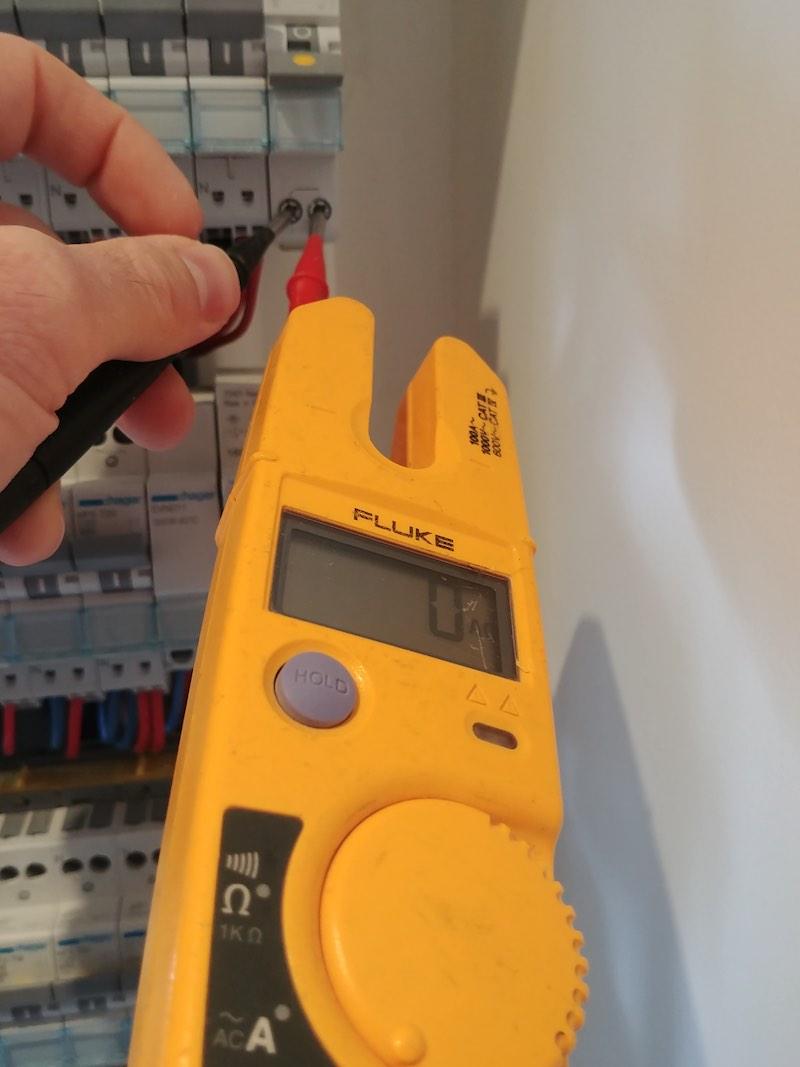 Mesure de tension disjoncteur tableau électrique