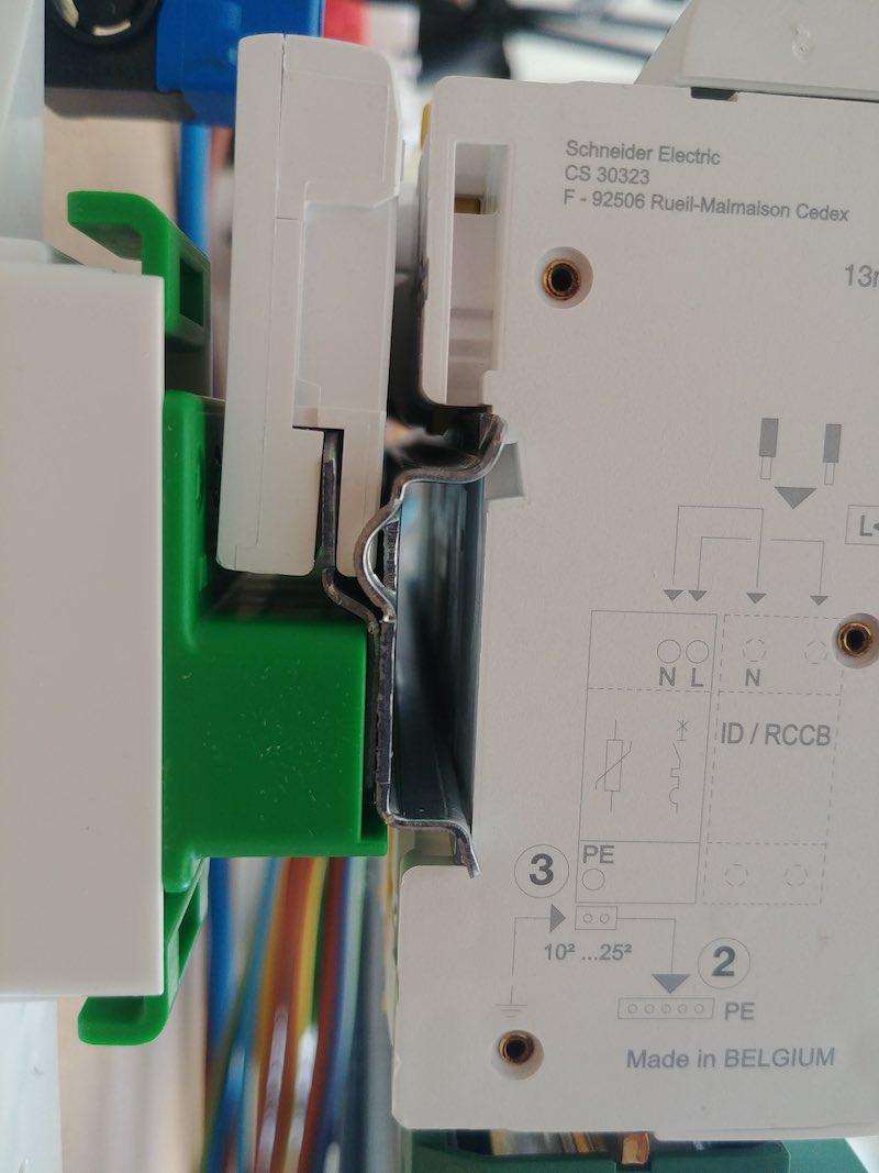 explication branchement électrique d'un parafoudre modulaire Schneider Electric