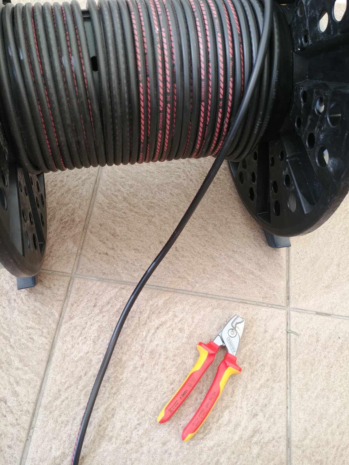 test chantier de la pince Knipex 9516160 pour couper le câble électrique