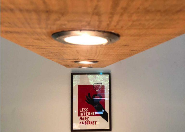 Installer des spots en faux plafond, exemple dans une salle de bain en rénovation